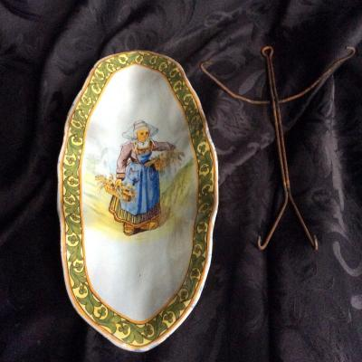 Rare Porquier-beau Quimper Crêpe Dish, Signed Pb Concarneau, 19th Century, With Its Support.