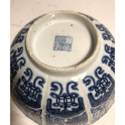 Rare Bol Blanc Bleu En Porcelaine De Chine  , Marque Et époque Jiaqing (1796-1820)