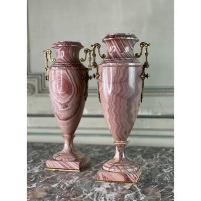 Paire D'urnes En Marbre Rose Et Bronzes Dorés