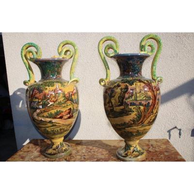Très Grande Paire De Vase En Faïence Italienne   Mythologique D  Après Urbino