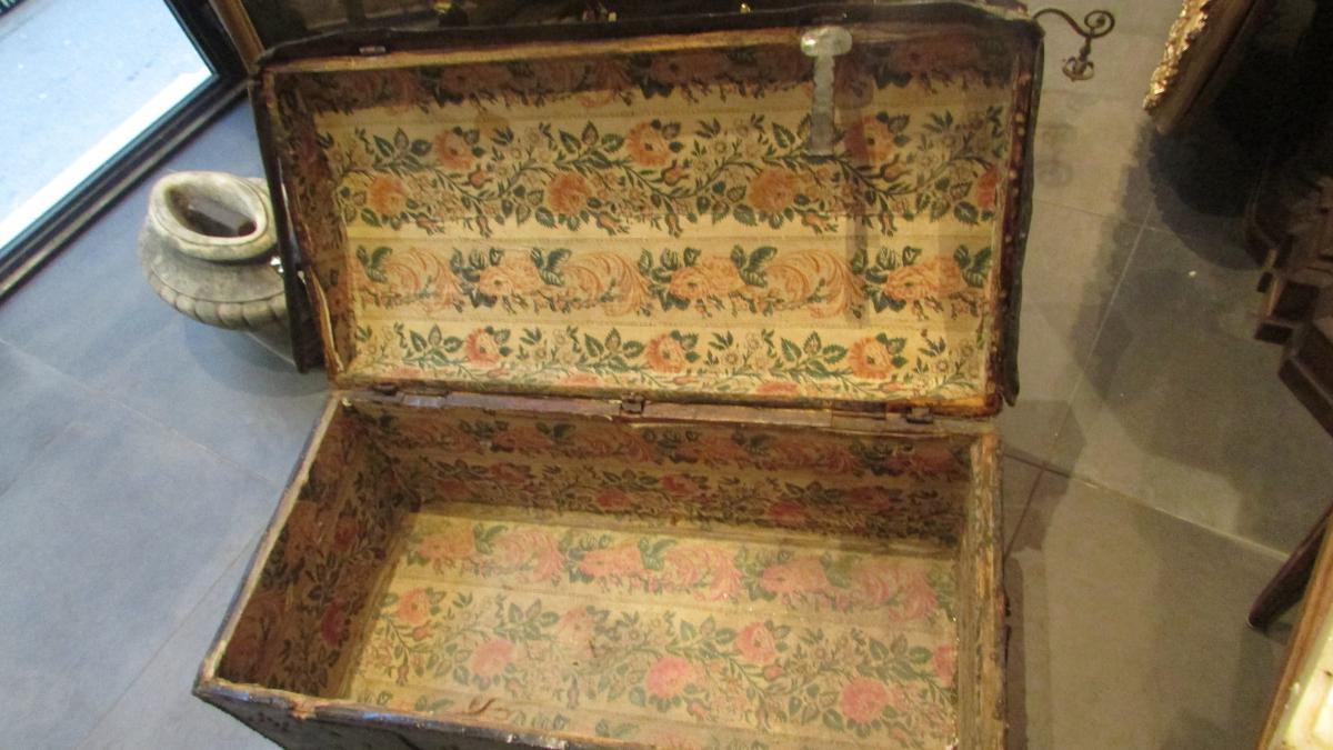 Malle Coffre En Bois Ancien rare ancienne malle en cuir cloutée epoque 18e bombée de