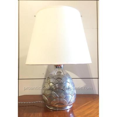 Pierre PLASAIT: Lampe en étain 1930 à décor géométrique, signée
