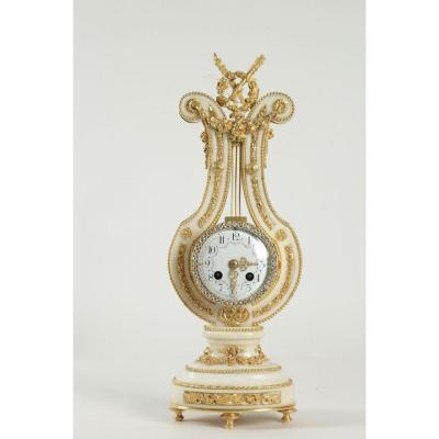 Pendule De Modèle  Lyre En Marbre Blanc Et Bronzes Dorés De Style Louis XVI