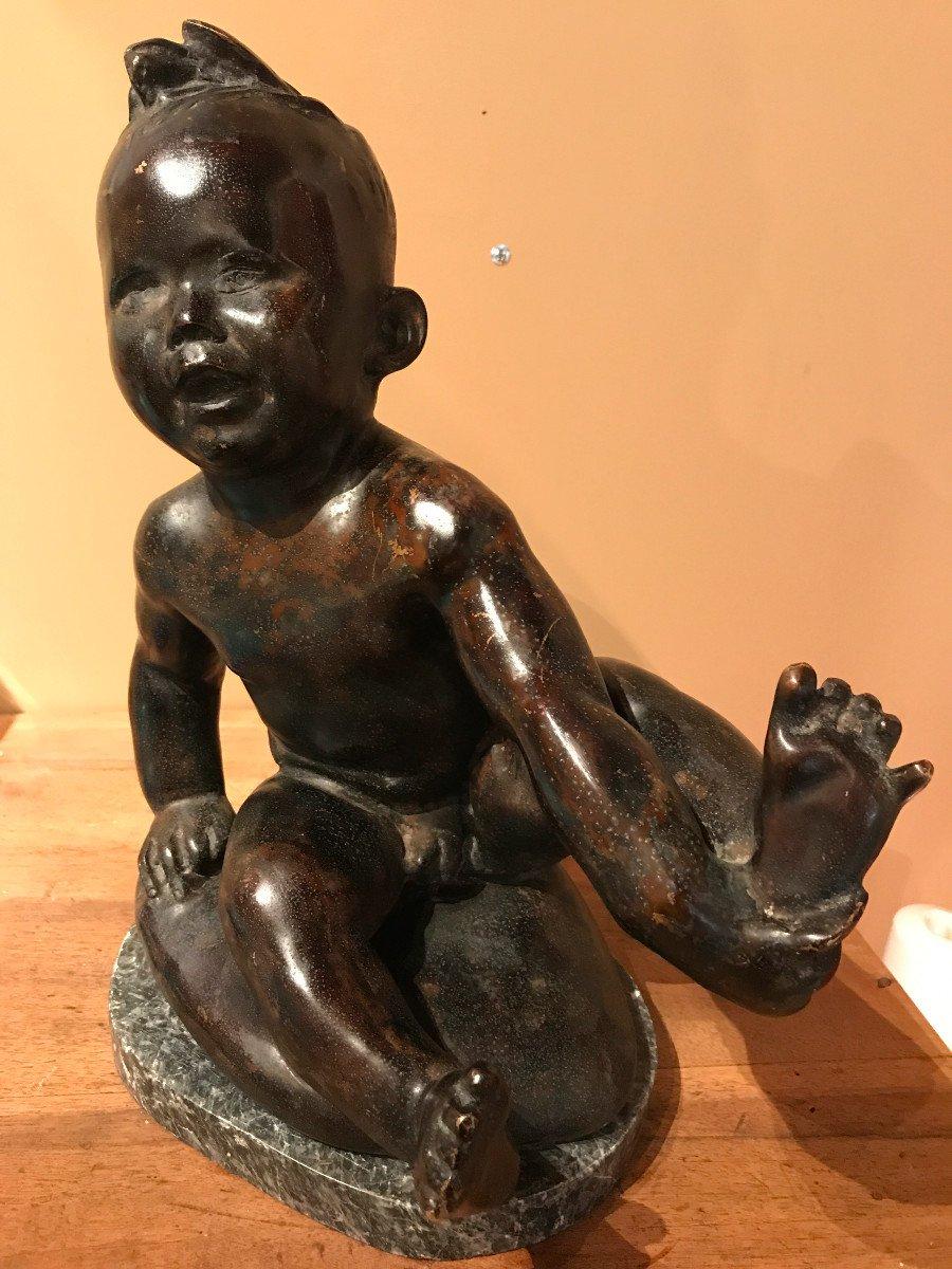 Japon, Scuplture En Bronze, Jeune Enfant Tenant Son Pied. Vers 1900