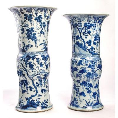 Presque Paire De Grands Vases Cornets Bleu Blanc à Décor d'écureuils Dans Les Vignes