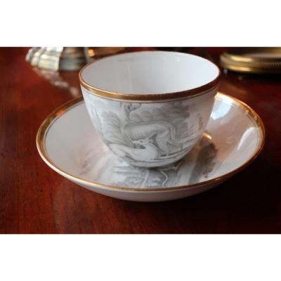 Paire De Tasses En Porcelaine Et Leurs Soucoupes