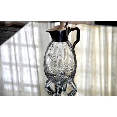 BACCARAT, esprit E. Rousseau. Verseuse en cristal ciselé clair et métal argenté, Japonisante.