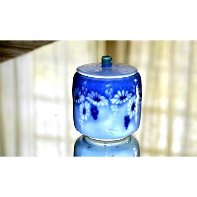 C. THARAUD – LIMOGES. Pot couvert cylindrique en porcelaine, d'époque Art déco.