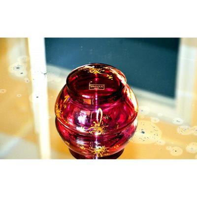 SAINT-LOUIS. Boite ovoïde en cristal multicouche, doublé rose-magenta, à décor doré.