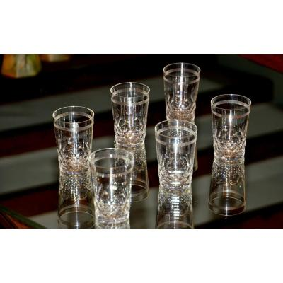 Baccarat. Huit gobelets cylindriques à vin cuit, en cristal taillé clair à décor d'écailles.