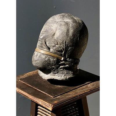 Sculpture En Plomb D'une Tête D'homme Bâillonné d'une sangle en laiton, vers 1970