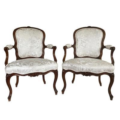 Paire de Fauteuils Cabriolet  Louis XV  Estampillé  H. Amand hêtre et soie blanche.