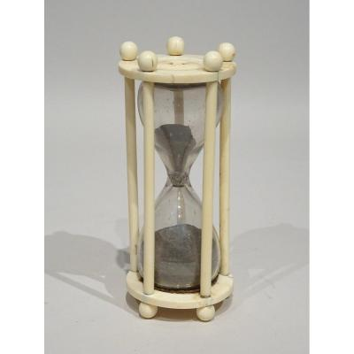 Hourglass In Ivory With 5 Columns Datable End Of 18th Century.