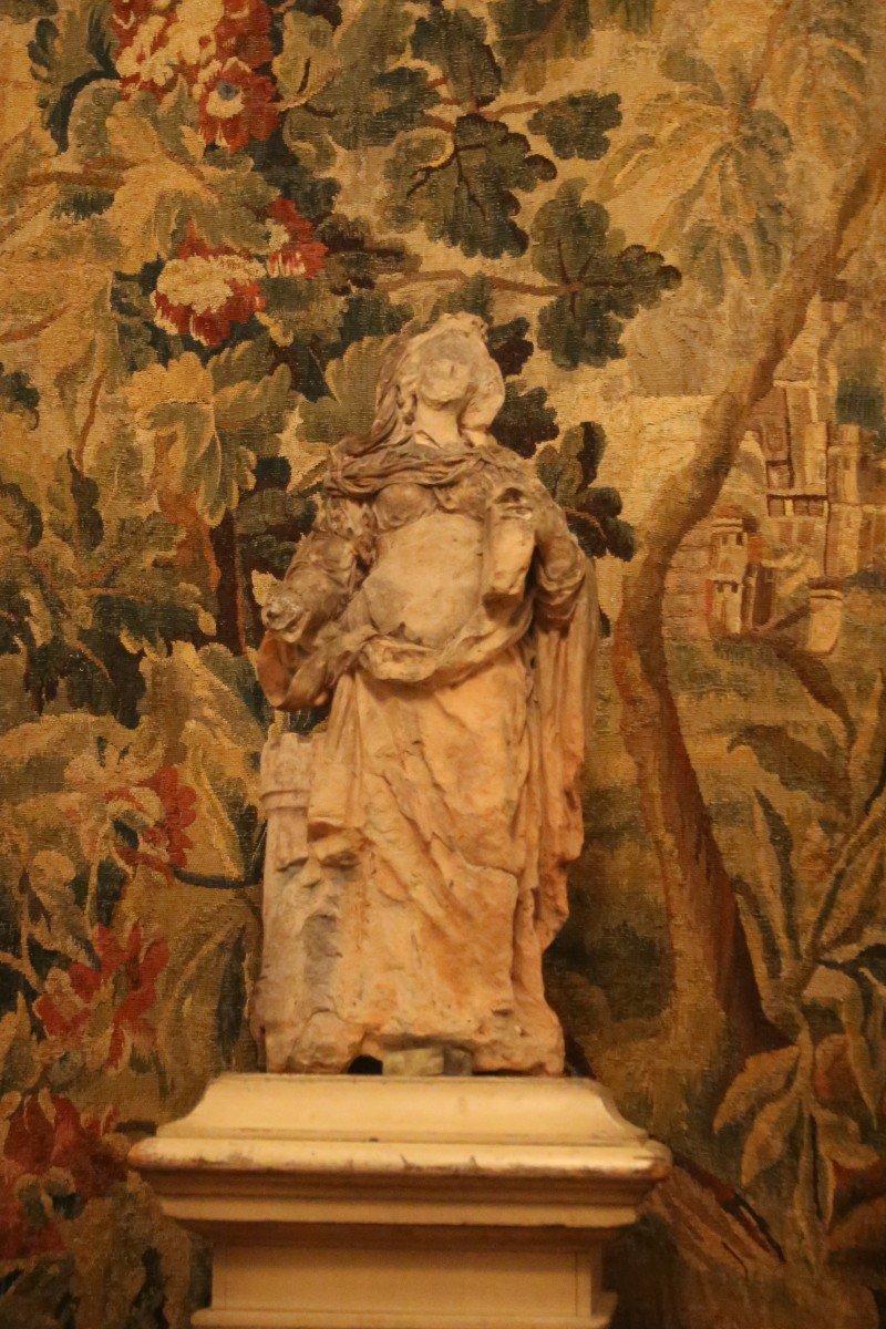Sculpture en terre cuite représentant Sainte Barbe