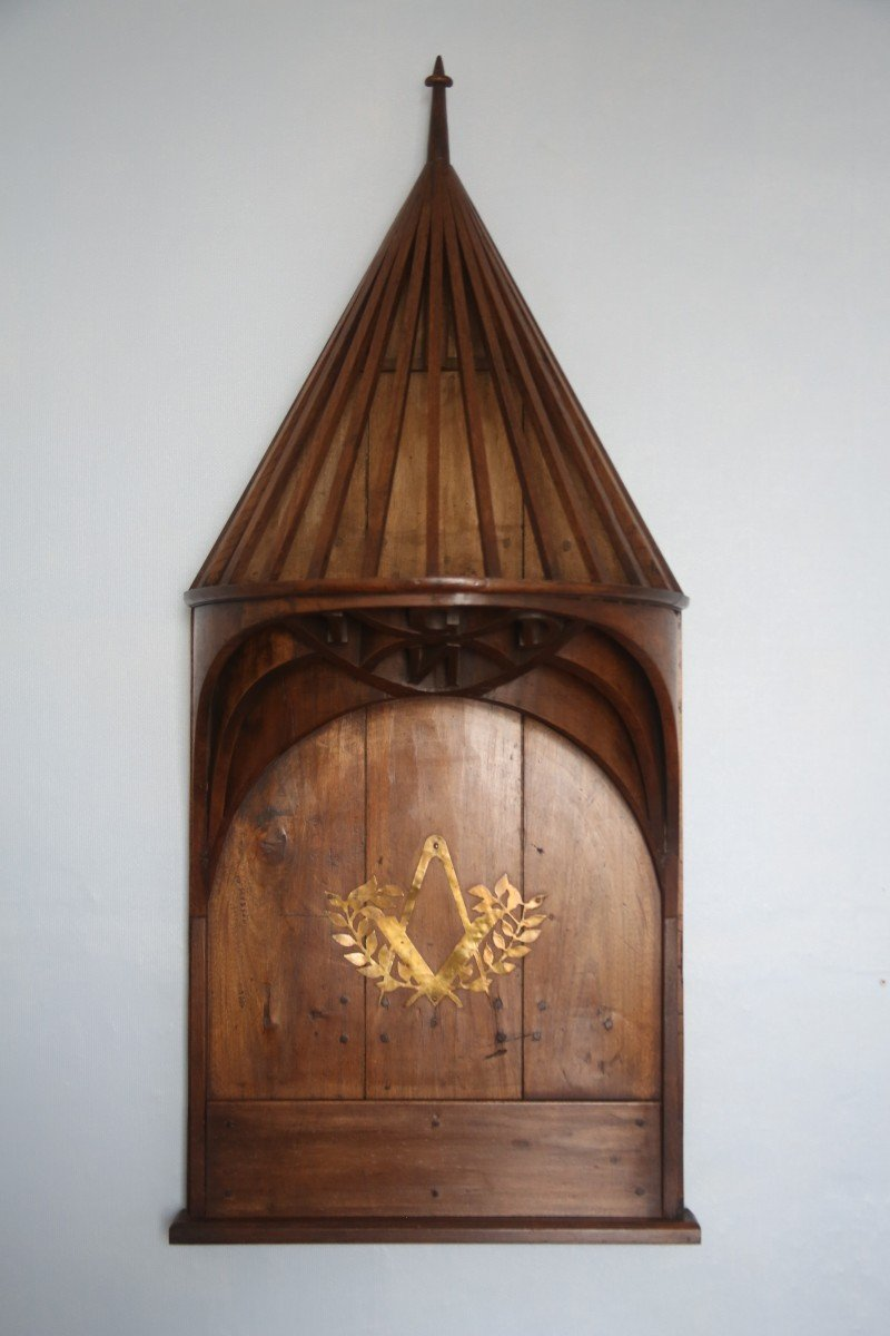 Grande guitarde surmontée d'une flèche , chef-d'oeuvre de compagnon de la fin du XIXE siècle.