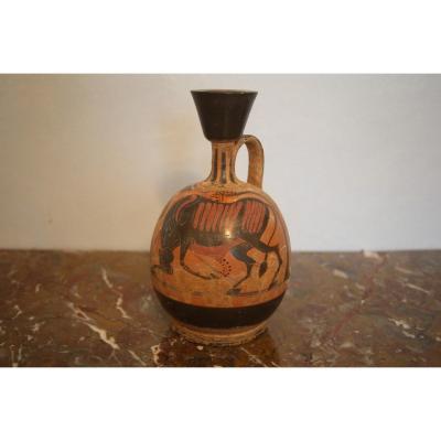 Vase lécythe ventru à figures noires  représentant Héraclès et le taureau de Crête.