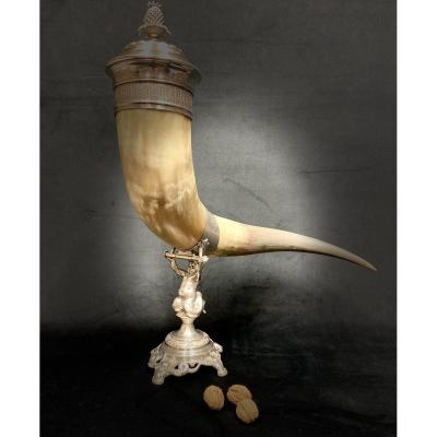 Importante corne libatoire à décor de triton