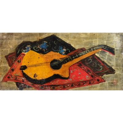 Interesting oil on panel representing a guitar in the cubist spirit, placed on carpets, on a gold background.<br />
