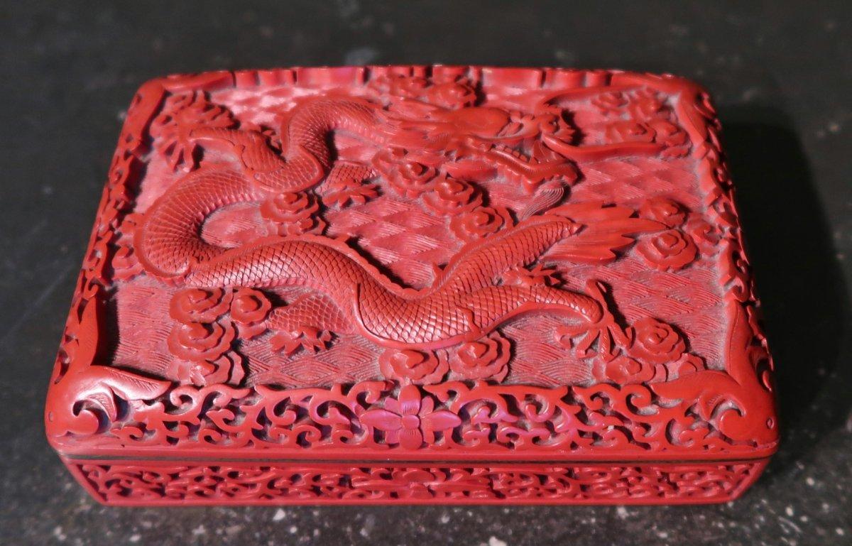 Boîte chinois en laque rouge à décor de dragons