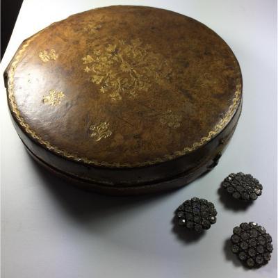 Boutons dans leurs écrin doré au petit fer, XVIIIe