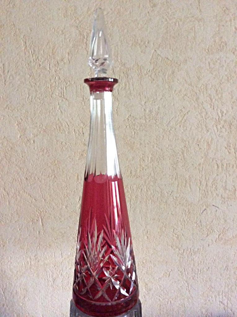 Carafe En Cristal Taillé De Couleur Rose . Baccarat  .