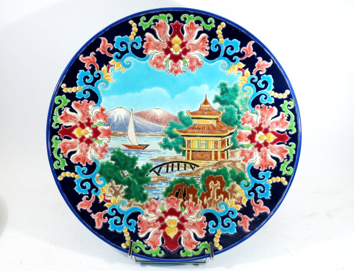 Grand plat en faïence émaillée de Longwy. Décor du Japon par R. Rizzi.