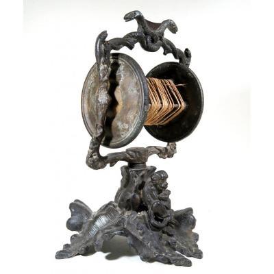 Dévidoir à ficelle de boucherie, décoré de serpents, lézards, singe. 1870-1900.