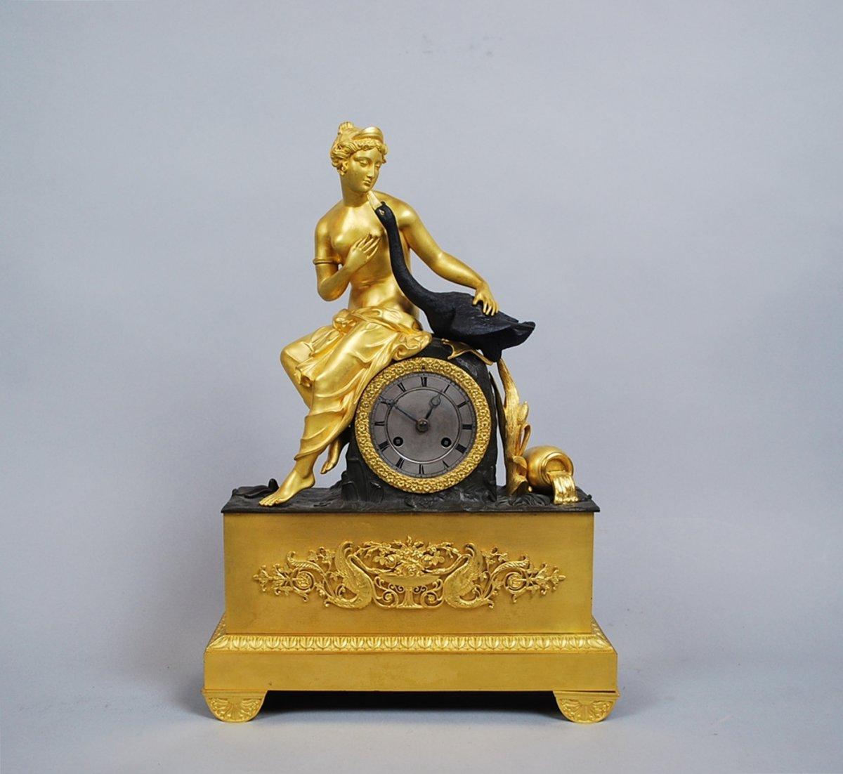 Pendule Charles X En Bronze à Deux Patines, Leda Et Le Cygne