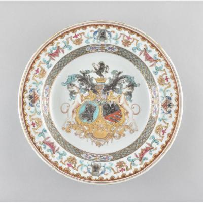 Assiette à décor armorié en porcelaine de Chine de la Compagnie des Indes (Bistrate)