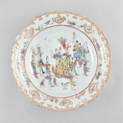 Assiette Peinte Dans Les émaux De La Famille Rose à Décor De Mandarins. Chine, Epoque Qianlong
