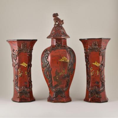 Grande garniture De Trois Vases Laqué Rouge En Faience De Berlin Du XIXe Siècle