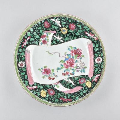 Assiette à Décor Famille Rose-noire D'un Parchemin Déroulé En Porcelaine De Chine. Yongzheng