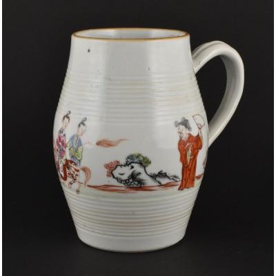 Grande Chope à Décor De Figures En Porcelaine De Chine d'époque Qianlong.
