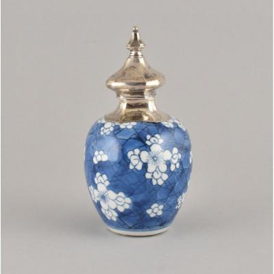 Petite Jarre Montée En Sucrier à Décor Bleu Et Blanc. Chine, époque Kangxi