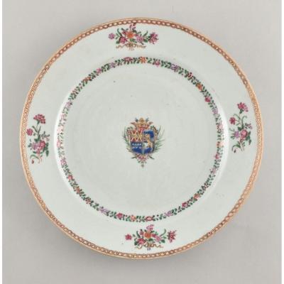 Cinq Assiettes En Porcelaine De La Compagnie Des Indes (armes De La Famille De Loynes). Nantes