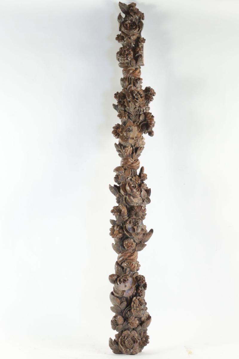 Chute en bois naturel entièrement sculptée à décor fleural