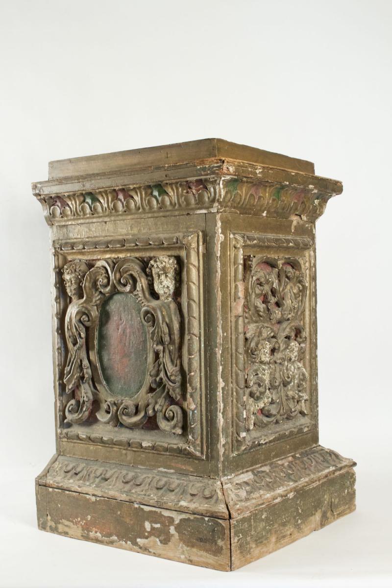 Stylobate ou stèle en bois sculpté. Epoque 17ème
