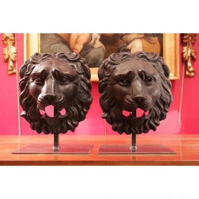 Paire de mascarons représentant des visages de lions