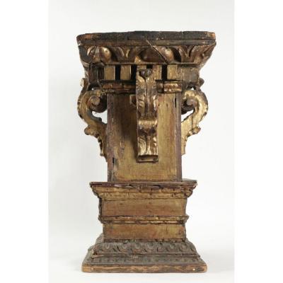 Demi chapiteau de colonne en bois doré et polychrome