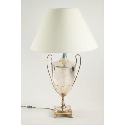 Lampe à poser en forme d'amphore en métal argenté