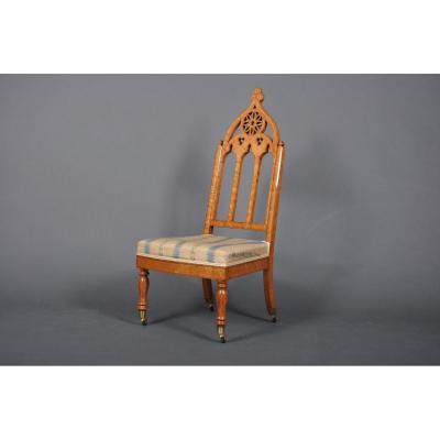 """Chaise chauffeuse """"cathédrale"""" d'époque Charles X en érable moucheté"""