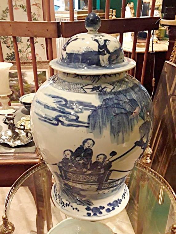 Chine importante potiche bleu et blanc avec un decor femmes de coure et des enfants 19e