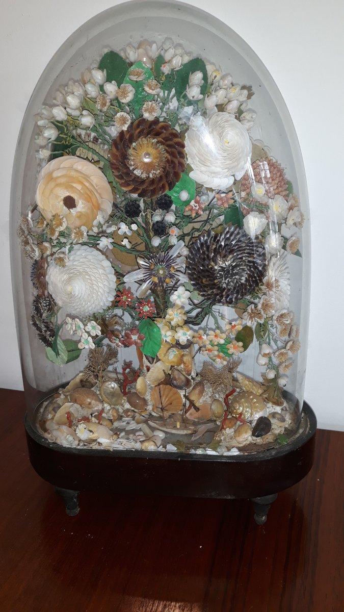 Bouquet en Coquillages Sous Cloche De Verre