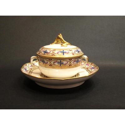 Ecuelle à Bouillon Et Son Présentoir. Porcelaine De Sevres. Deuxième moitié du18ème Siècle.