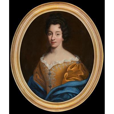 Portrait Ovale Représentant Une Jeune Femme De La Noblesse