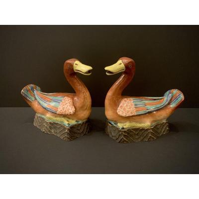 Couple De Canards En Porcelaine émaillée. Chine, XVIIIème Siècle