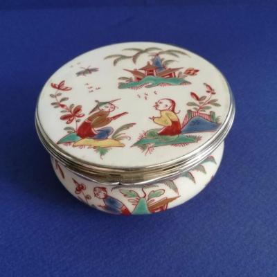 Boite circulaire, porcelaine tendre de Saint-cloud, 1730-1740