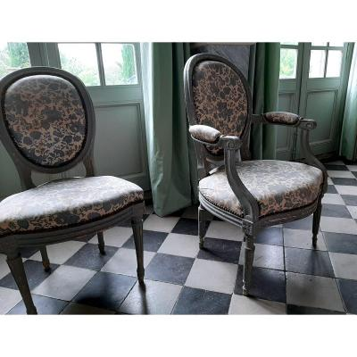 Un Fauteuil Et Une Chaise Laqués Gris Bleu  , Cabriolet, Dossier Médaillon, époque Louis XVI