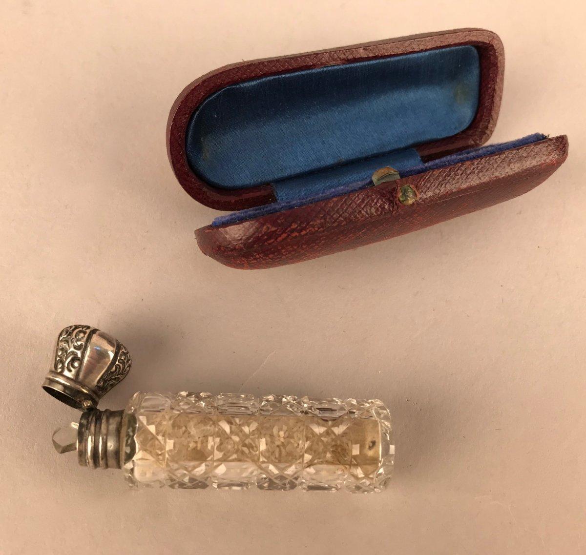 Flacon à sels en cristal et argent et son étui