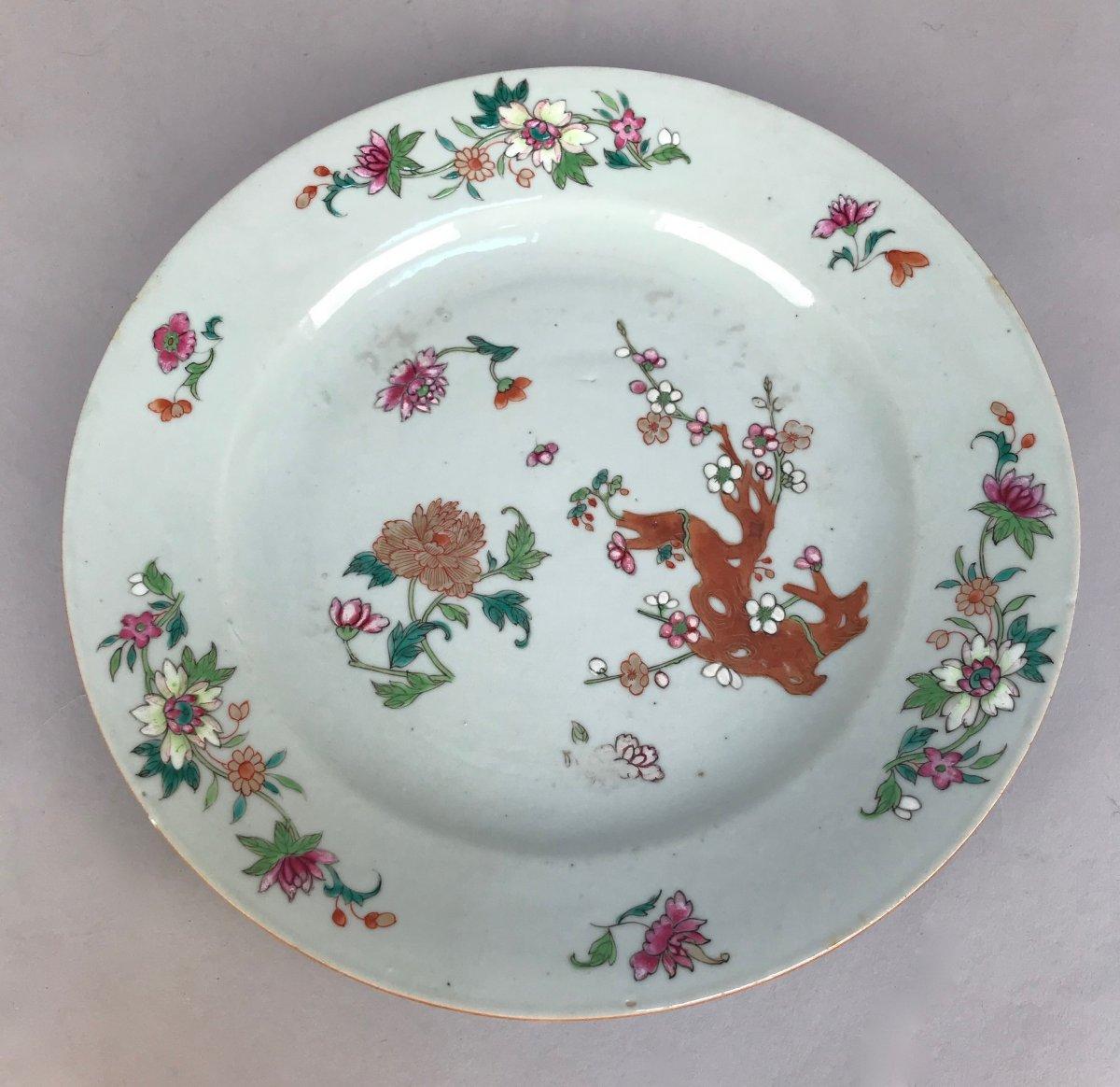 Chine Qianlong.  Assiette à Décor de Branche de Prunus et de pivoine. Famille rose